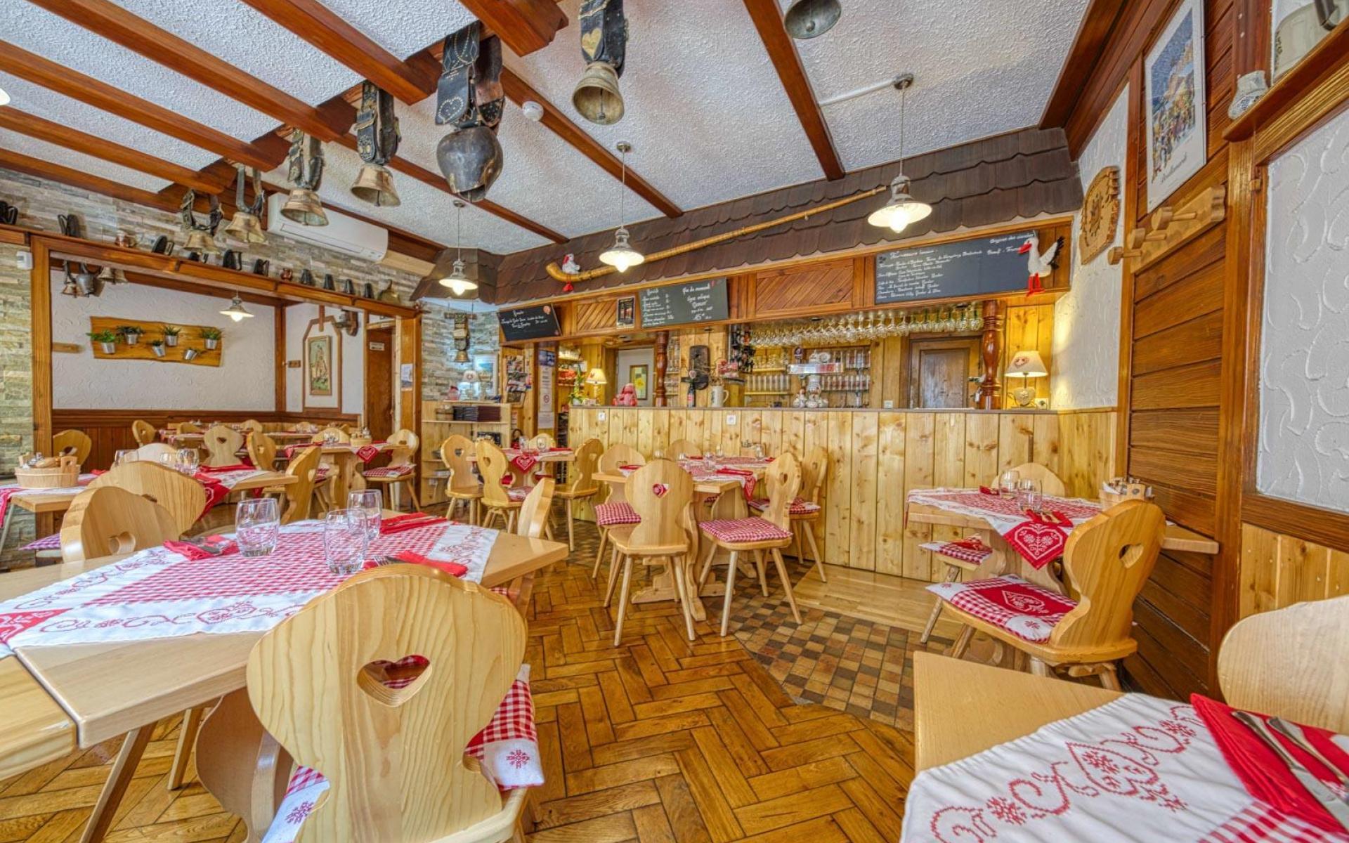 Un restaurant chaleureux décoré façon ferme auberge