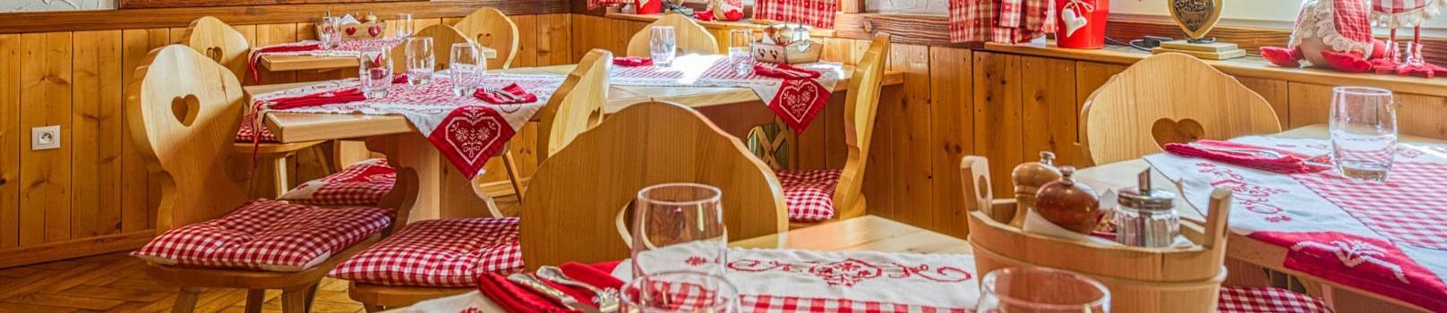La salle du restaurant ensoleillée et tout en bois.
